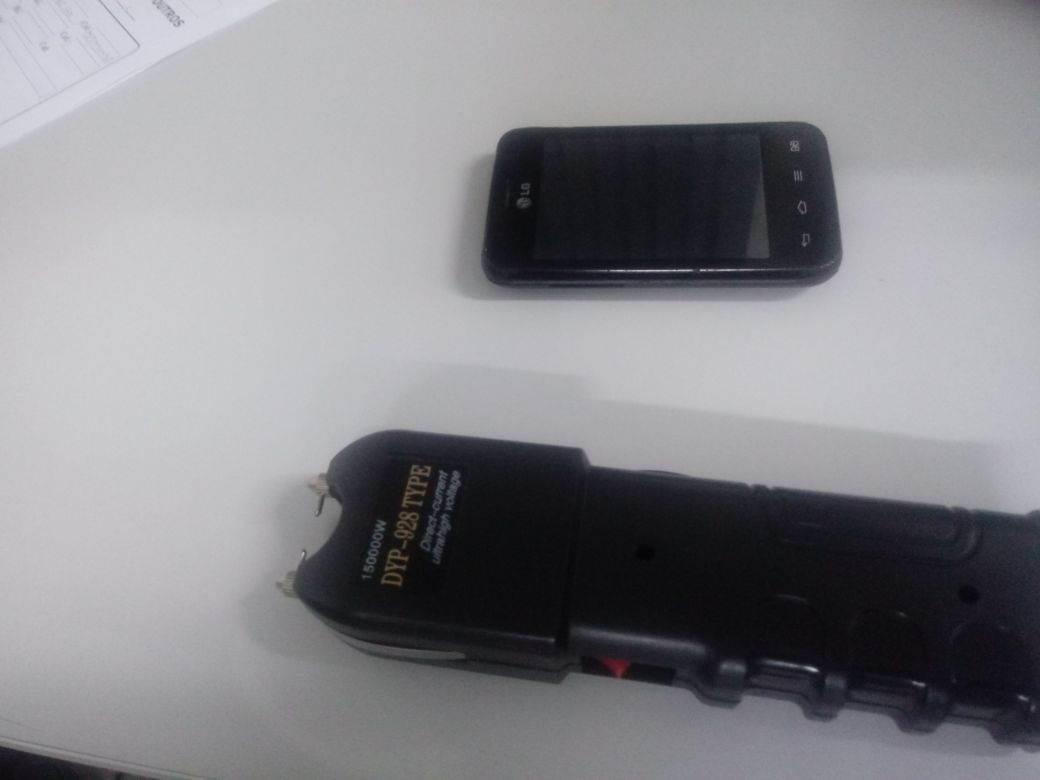 Arma de choque foi apreendida com os suspeitos   Foto: Divulgação / PM