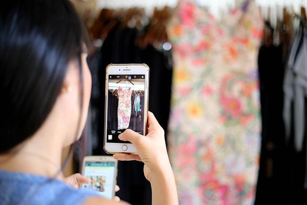 Profissionais utilizam cada vez mais os recursos dos dispositivos móveis, como smartphones, para negociar com os clientes | Foto: Jackson Rodrigues