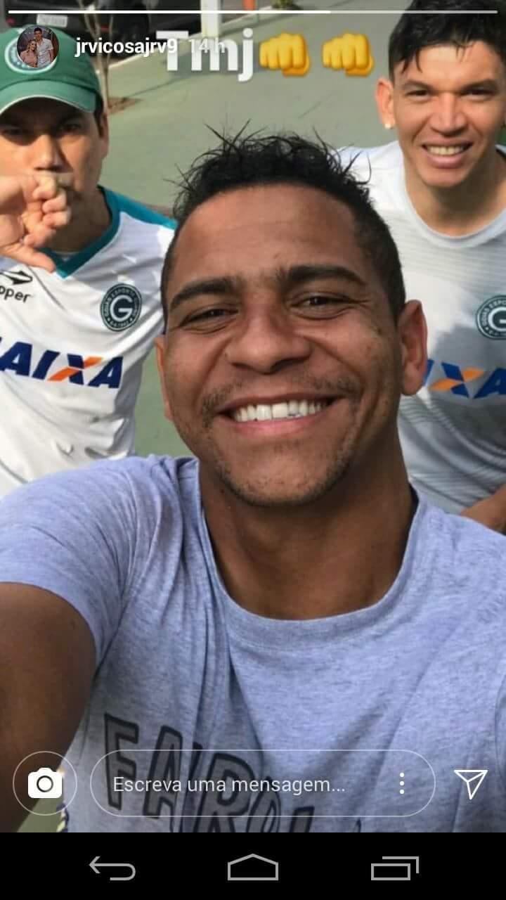 Foto em que aparecem o massagista Bebeto, ex-Goiás Walter e atacante Viçosa chamou a atenção dos seguidores do atleta esmeraldino   Foto: Reprodução / Instagram