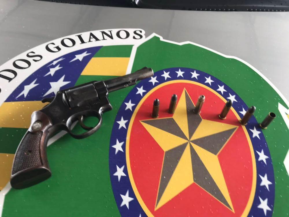 Revólver calibre 38 foi apreendido no carro dos suspeitos   Foto: Divulgação/ PM