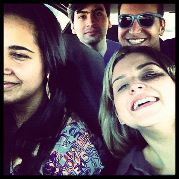 Ítalo Araújo e Pedro Henrique (ao fundo) e Darly Tarray e Caroline Camargo (à direita) momentos antes do acidente na GO-070 – Foto: Arquivo Pessoal