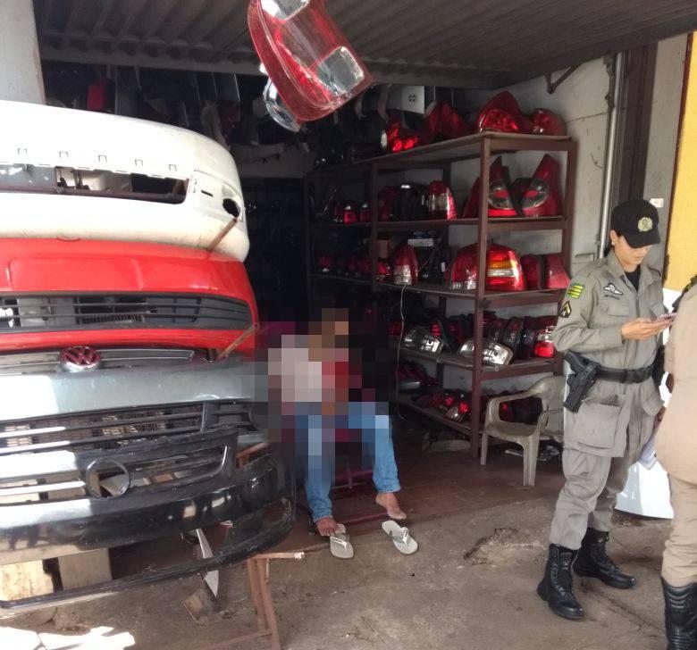 Homem é morto enquanto estava sentado em frente a loja de peças na Canaã   Foto: Leitor/ WhatsApp