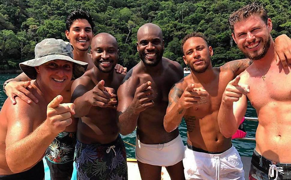 Neymar curte festa ao lado de amigos famosos: Luciano Huck, Medina, Thiaguinho, Zulu e Bruninho | Foto: Reprodução/ Redes Sociais