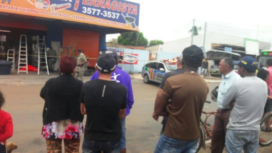 Jovem é baleado e morre enquanto trabalhava na ferragista do pai em Trindade   Foto: Leitor / WhatsApp