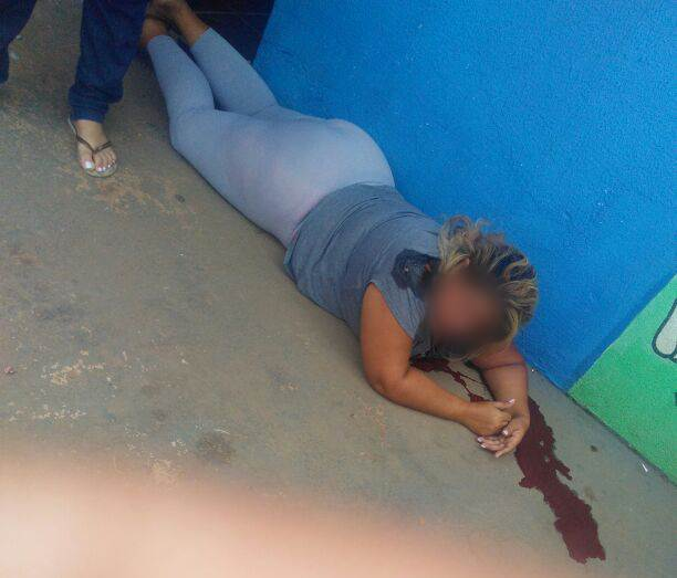 Mulher foi baleada em frente à escola do neto em Aparecida de Goiânia durante tentativa de assalto   Foto: Leitor / WhatsApp