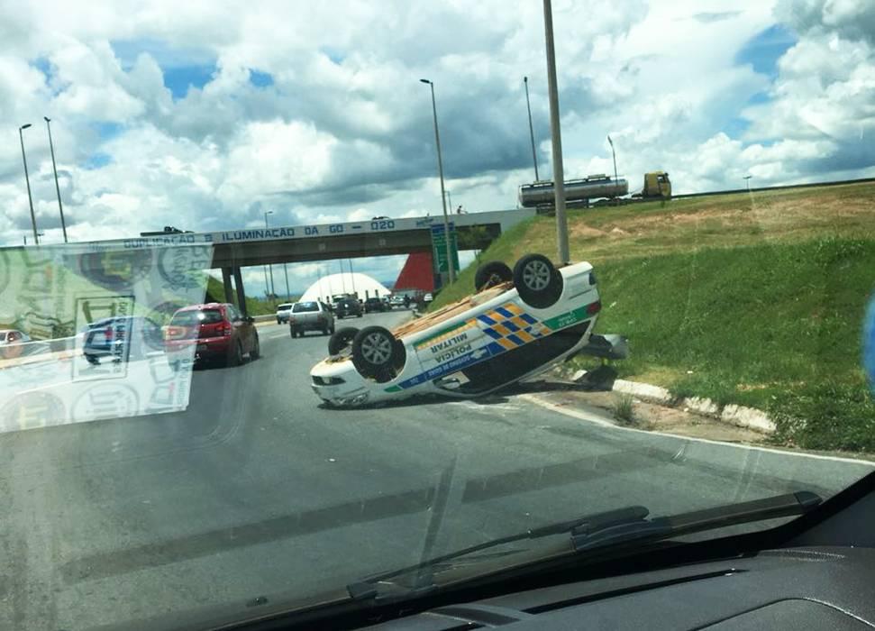 Viatura da PM capota na GO-020, próximo ao Carrefour, em Goiânia | Foto: Leitor / WhatsApp
