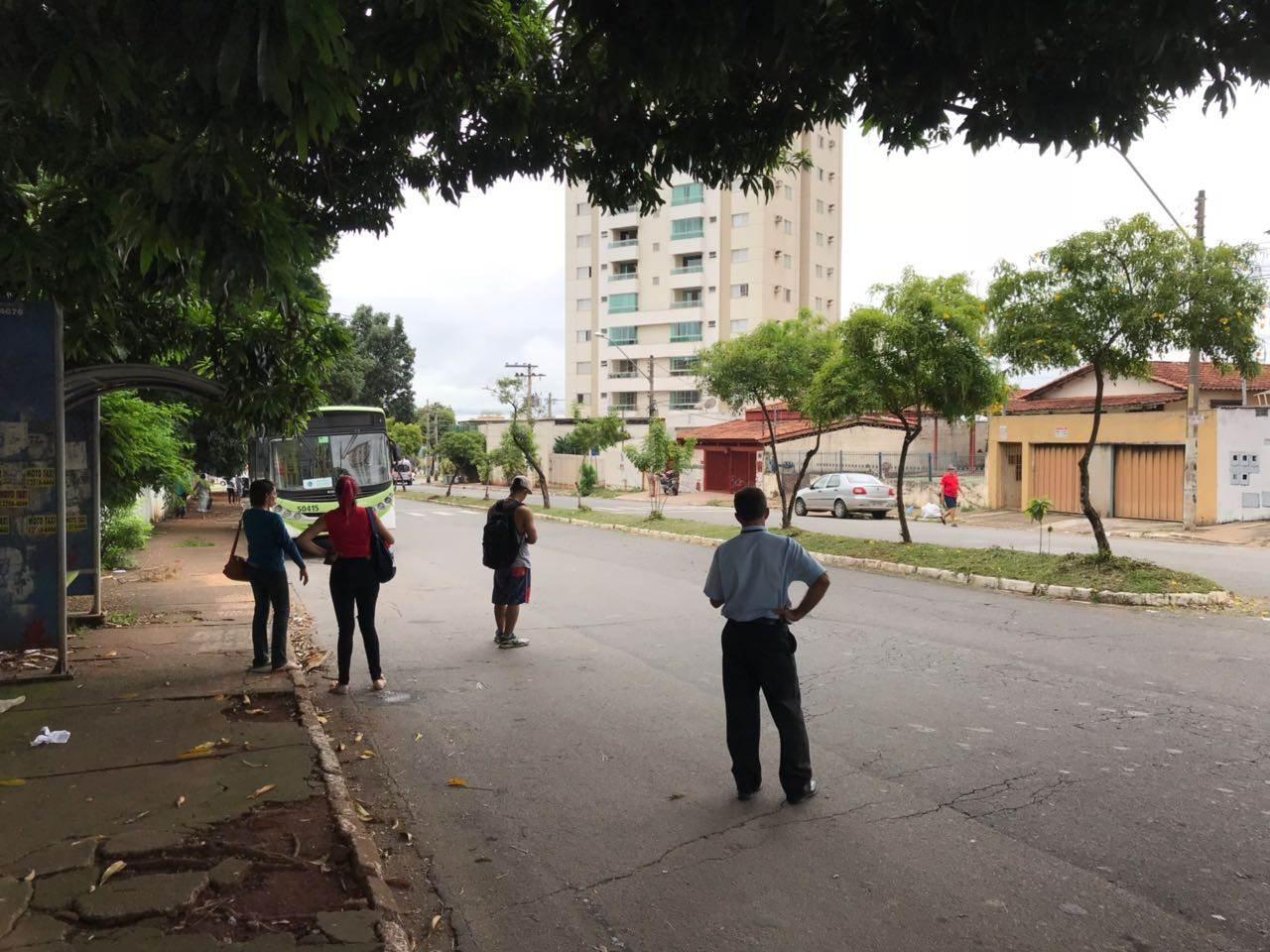 Passageiros aguardam ônibus na rua, no Setor Universitário | Foto: Thiago Araújo