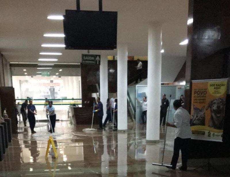 Enxurrada invadiu a Alego durante chuvas fortes em Goiânia na tarde desta quinta-feira, 5   Foto: Reprodução