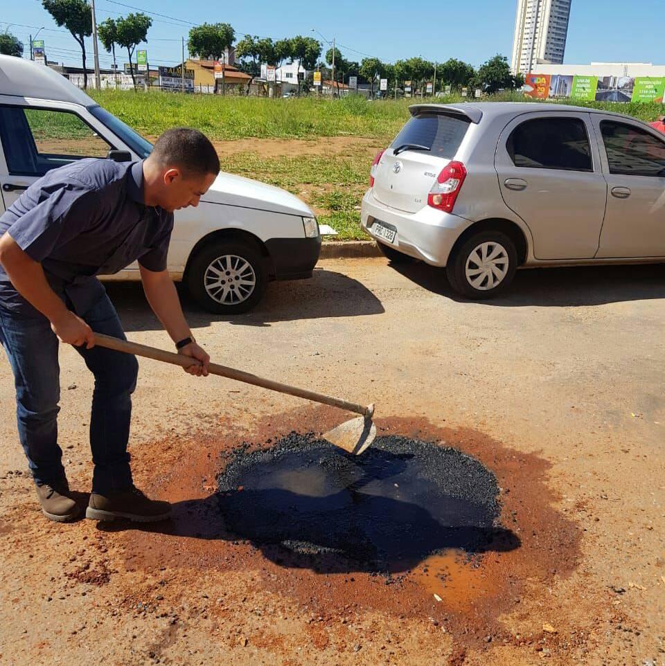 O síndico Thiago Marques, do condomínio Ilha Bela, realizando remendos de buracos da rua F-64, no setor Faiçalville   Foto: Divulgação