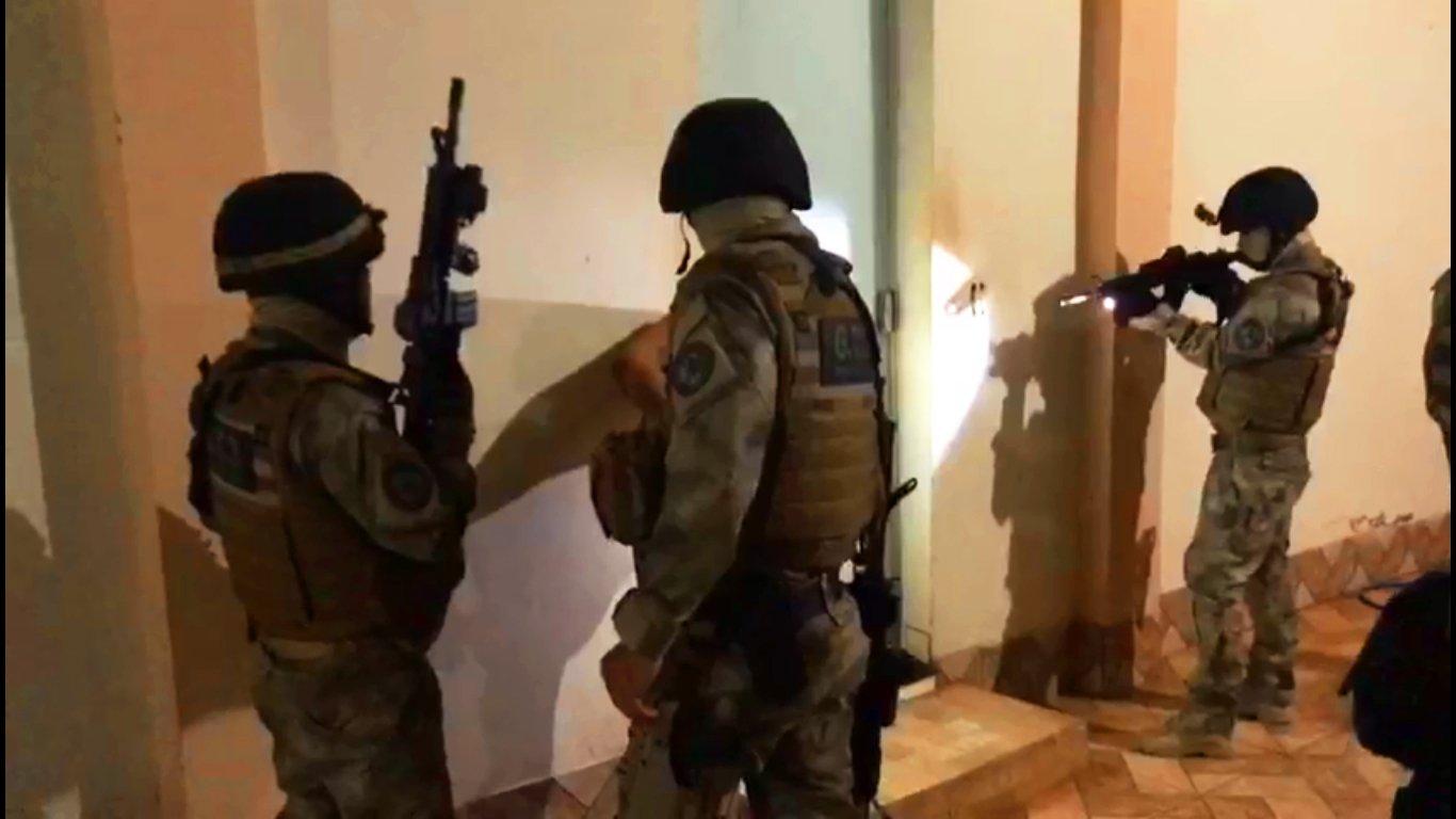 Agentes do Grupo Tático 3 (G.T.3), unidade de elite da Polícia Civil, cumprem mandados de prisão relacionados ao tráfico em Iporá   Foto: Divulgação/ PC