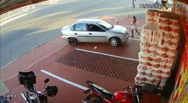 O desespero de uma avó: ela desafia um assaltante e retira bebê de carro roubado em Aparecida   Foto: Reprodução