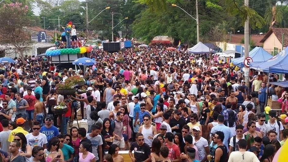 Multidão se aglomera durante a última edição da Parada LGBT + de Goiânia, em 2017   Foto: Reprodução/ Facebook