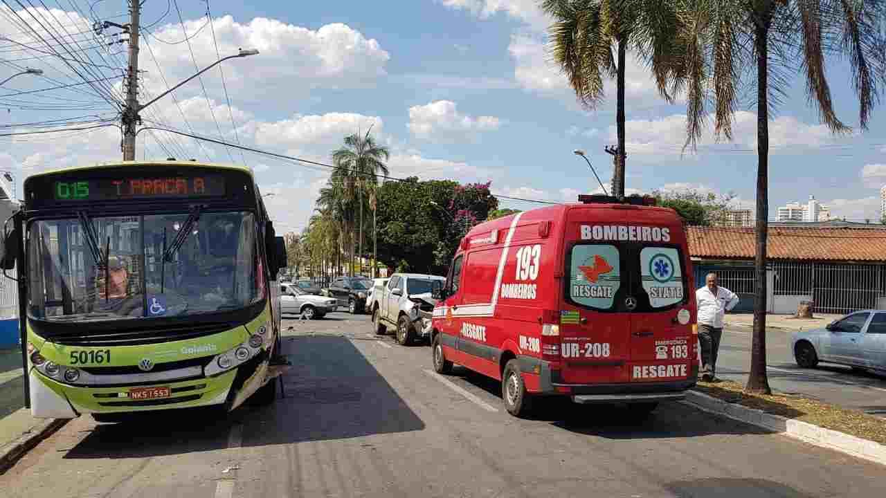 Por pouco o ônibus não invadiu uma garagem de carros ao lado, segundo o motorista | Foto: Folha Z
