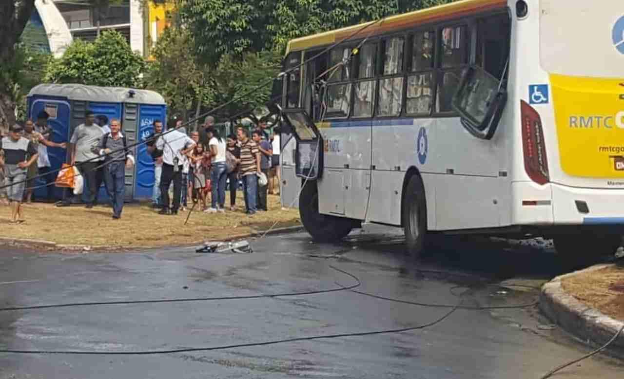 Fios elétricos ficaram sobre o ônibus e espalhados pela Praça Universitária   Foto: Leitor