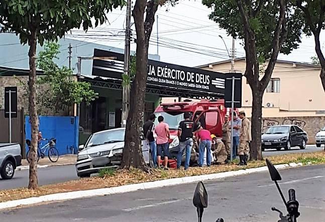 Homem dirigia um Gol pela avenida C-104 quando desmaiou e causou acidente   Foto: Leitor Rodrigo Miranda