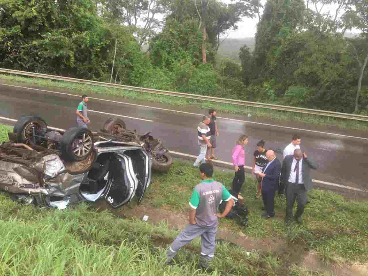 Veículo ocupado pelo deputado Professor Alcides capotou em Rodovia Federal nesta quarta-feira, 31   Foto: Valdemy Teixeira
