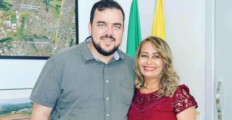 Jane Maria ao lado do prefeito Gustavo Mendanha   Foto: Reprodução