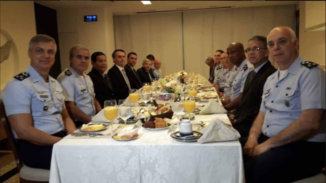 Ao fundo, Jair Renan Bolsonaro participa com o pai de reunião com generais, almirantes e brigadeiros da FAB | Foto: divulgação/FAB