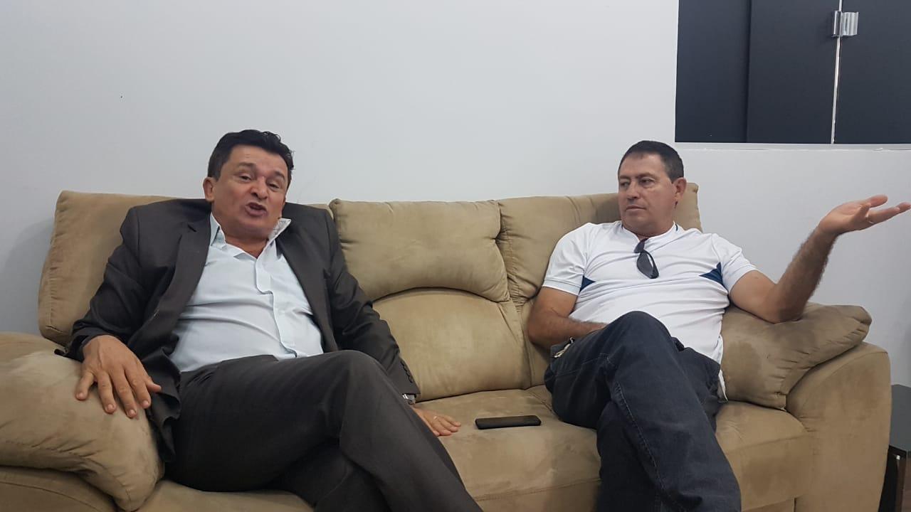 Ezízio Barbosa recebeu na manhã desta quarta-feira, 28, a imprensa em seu escritório. Na foto, além do ex-secretário, aparece o radialista da 820 AM Edson Pessoa   Foto: Folha Z
