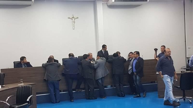 Vereadores se reuniram em frente à tribuna para pressionar o presidente da Casa e fiscalizar a votação   Foto: Folha Z
