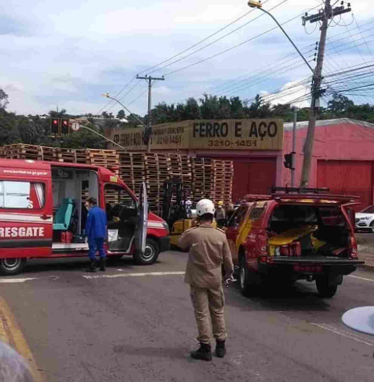 Equipe dos Bombeiros foi acionada para socorrer o motociclista preso ao caminhão | Foto: reprodução