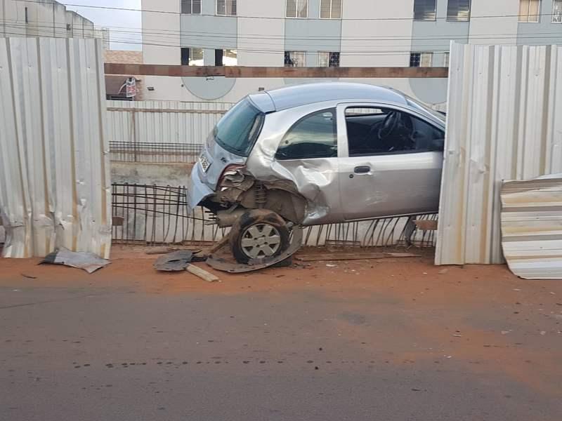 Bêbado bate duas vezes tentado fugir de abordagem em Aparecida. Ford KA foi vítima   Foto: Reprodução