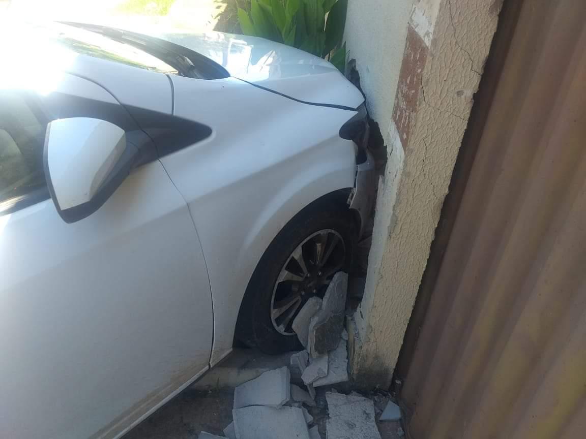 Durante a perseguição, um dos assaltantes perdeu a direção do carro e bateu contra um muro   Foto: divulgação