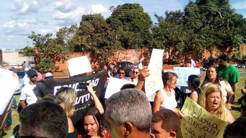 Professores protestam na inauguração de Hospital de Aparecida | Foto: Leitor / Folha Z