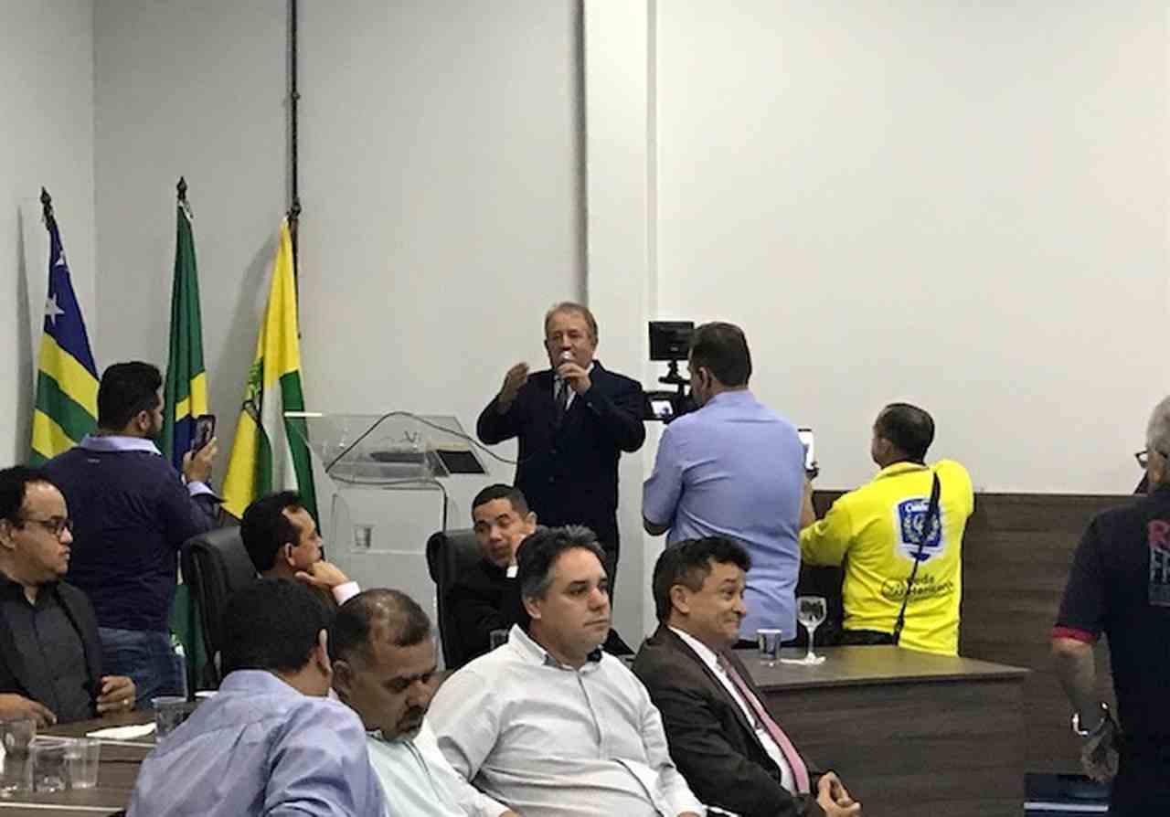 Após ser reeleito, Vilmarzim agradeceu o apoio de todos os vereadores durante seu primeiro mandato à frente da Casa de Leis e pediu que os parlamentares continuem o ajudando nesta próxima gestão | Foto: Donizete Santos