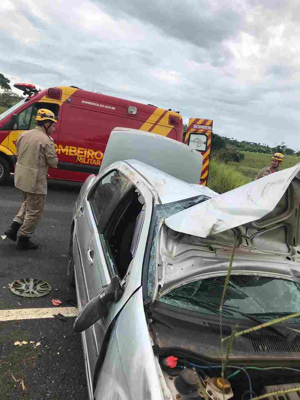 Veículo danificado acidente Caldas Novas