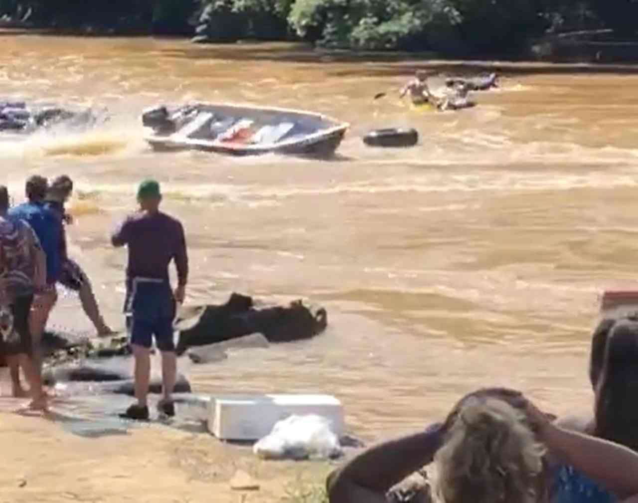 Canoa desgovernada quase provoca acidente