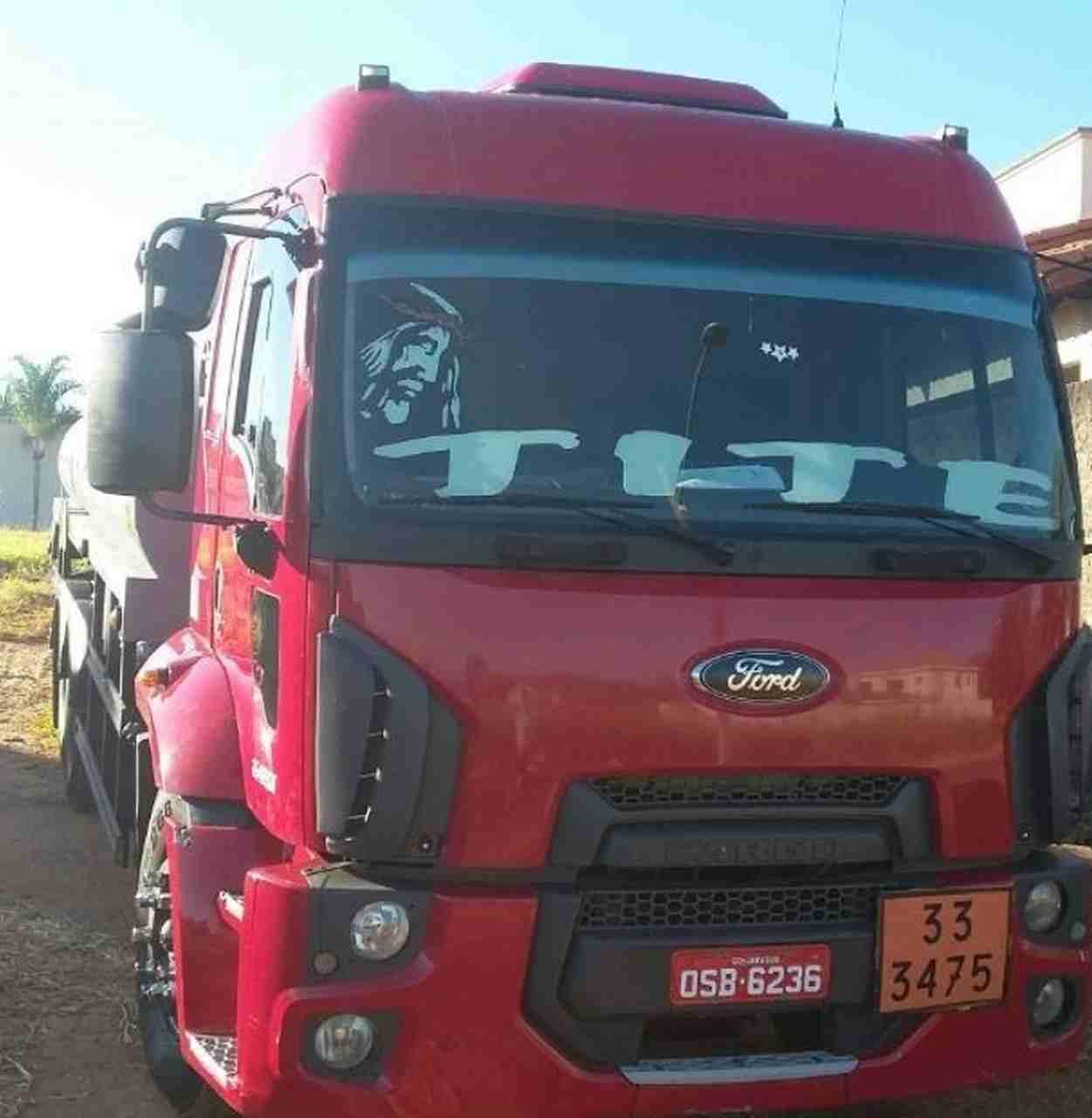 Caminhão roubado. No para-brisa está escrito o apelido do caminhoneiro: Tite