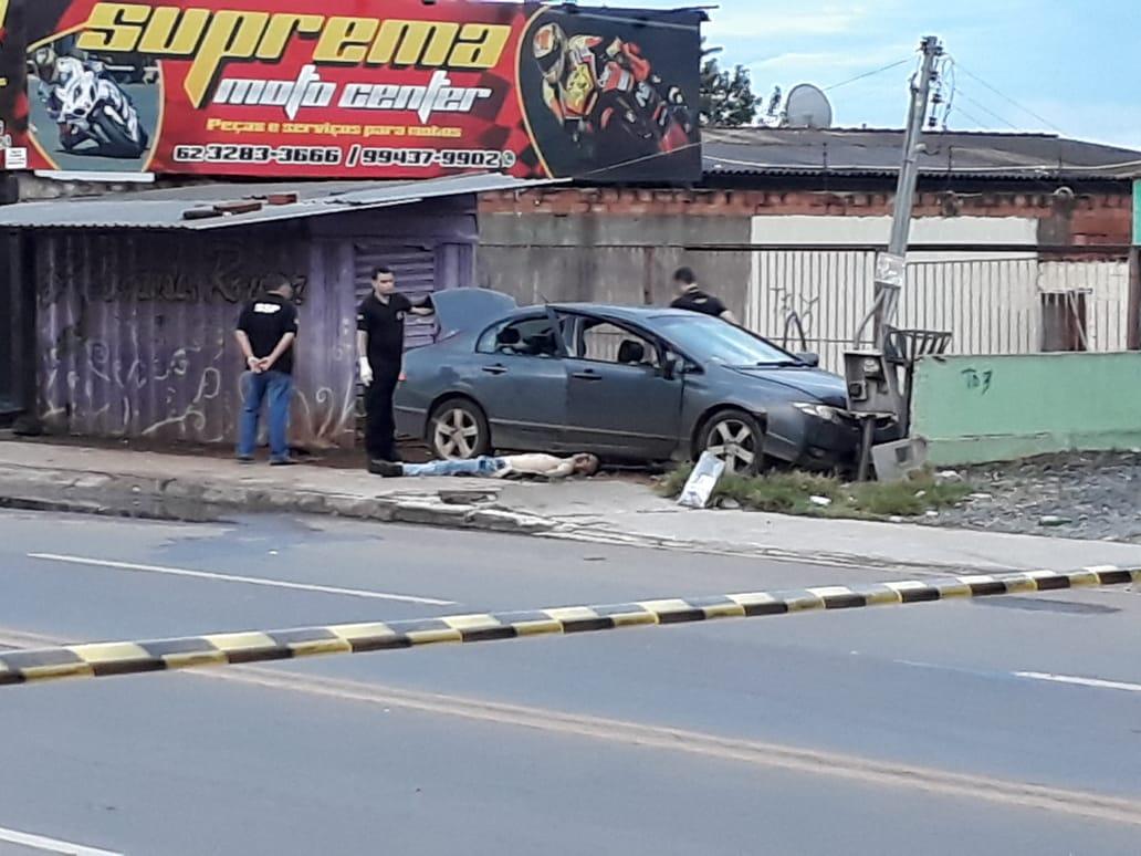 Honda Civic usado pelos criminosos. Polícias vistoriam o carro em busca de pistas