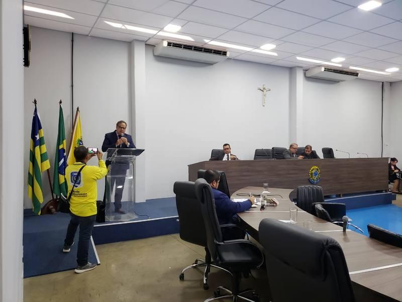 Advogado do Sindicato dos Trabalhadores em Educação de Goiás (Sintego) Flávio Cardoso fala em plenário   Foto: Folha Z