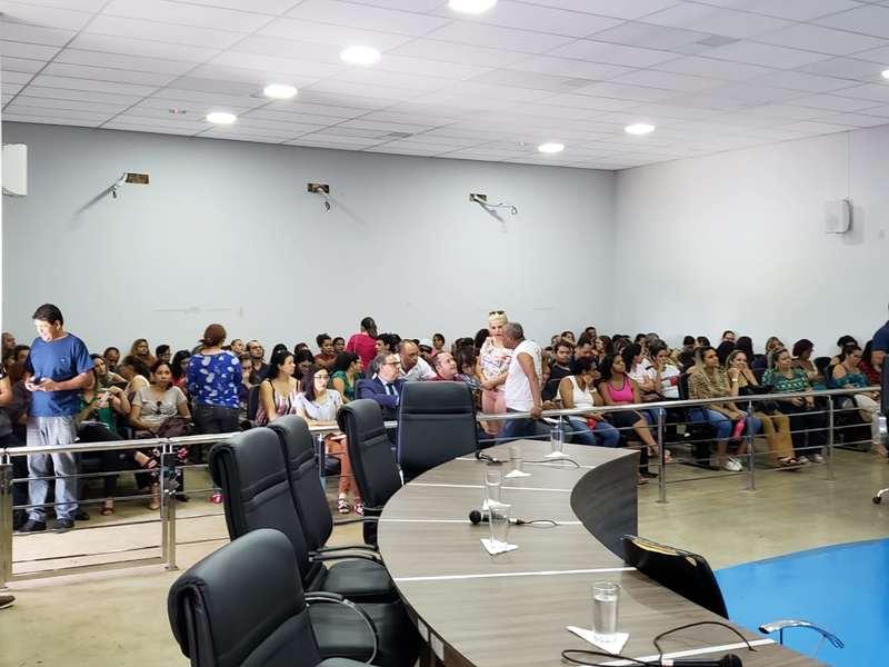 'Respeite os professores': gritam manifestantes da categoria na Câmara de Aparecida   Foto: Folha Z