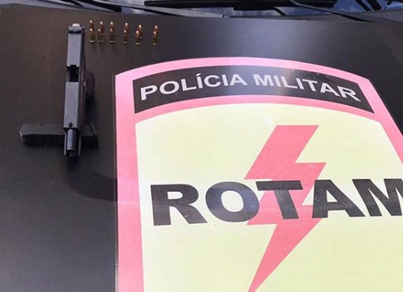 Jovem de 20 anos preso na Av. T-63 portava uma pistola e um kit rajada | Foto: Divulgação / Rotam