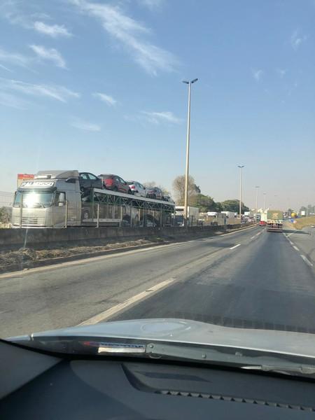 Perímetro urbano da BR-153 travou depois que uma carreta apresentou problemas mecânicos no viaduto com a GO-020 na manhã desta segunda, 2 | Foto: Aulus Rincon / Goiânia Urgente