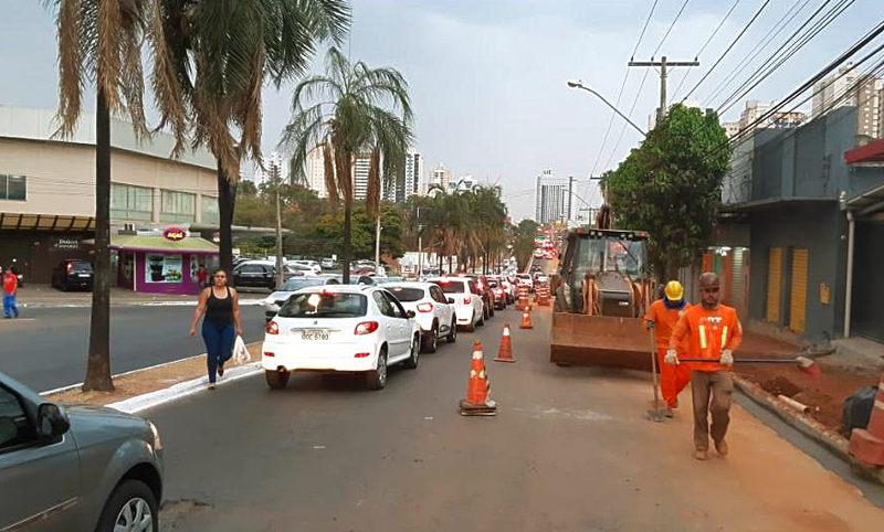 Devido a revitalização de calçadas na Av. C-4, trânsito fica lento na região   Foto: RMTC