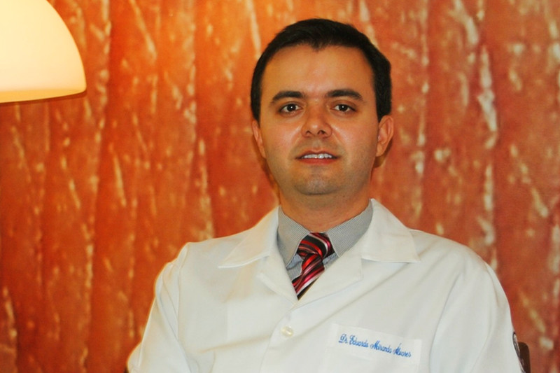 Dermatologista Eduardo Álvares explica que os raios emitidos pelo sol são prejudiciais à pele   Foto: Arquivo