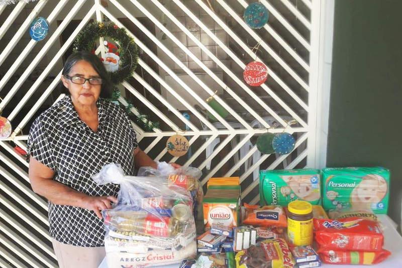 Tia Genide recebendo donativos | Foto: Arquivo Pessoal