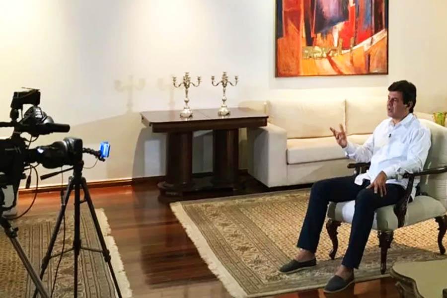 Luiz Henrique Mandetta dá entrevista ao Fantástico direto do Palácio das Esmeraldas, onde passou o fim de semana de Páscoa a convite do governador Ronaldo Caiado | Foto: Henrique Ramos/TV Anhanguera