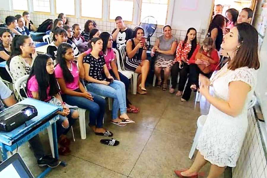 Advogada Sharon Soltak em palestra sobre cidadania promovida pela OAB Aparecida na Escola Sebastiana Lourenço Camilo, no Village Garavelo | Foto: Divulgação