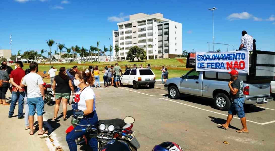 Manifestação pela reabertura das atividades comerciais na manhã de 3ª feira (16) em frente à Prefeitura de Aparecida | Foto: Folha Z