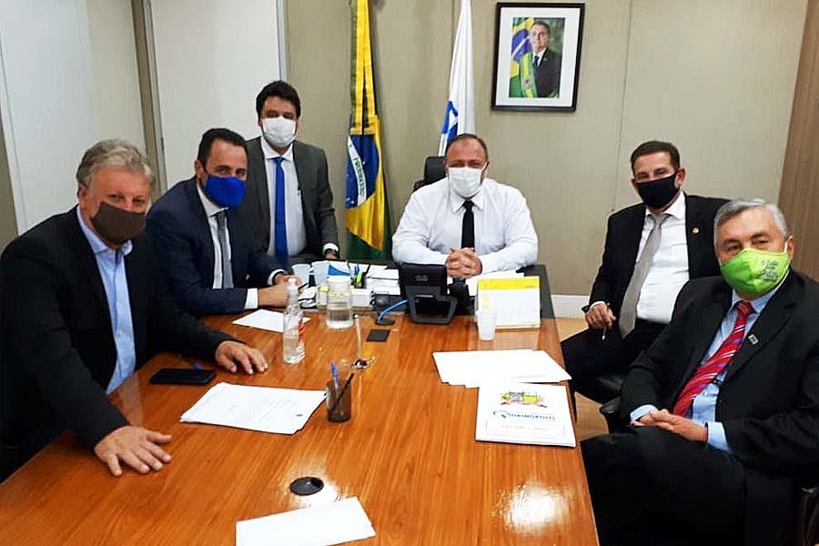 Vanderlan Cardoso, Veter Martins e o secretário de Saúde de Aparecida, Alessandro Magalhães, em reunião no Ministério da Saúde | Foto: Reprodução