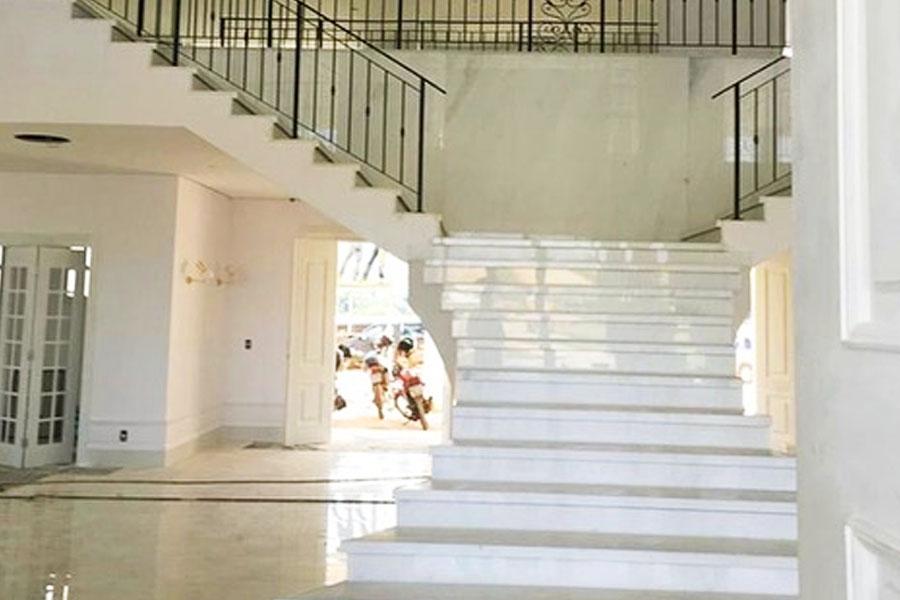 Escadaria interna na mansão de Gusttavo Lima | Foto: Reprodução