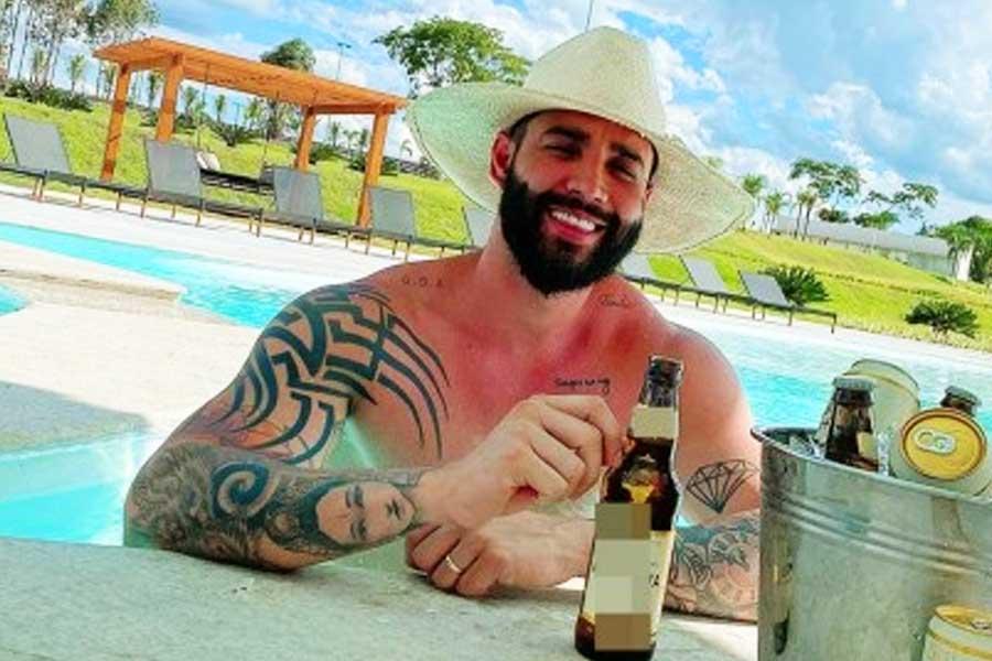 Cantor posa para foto na piscina | Foto: Reprodução