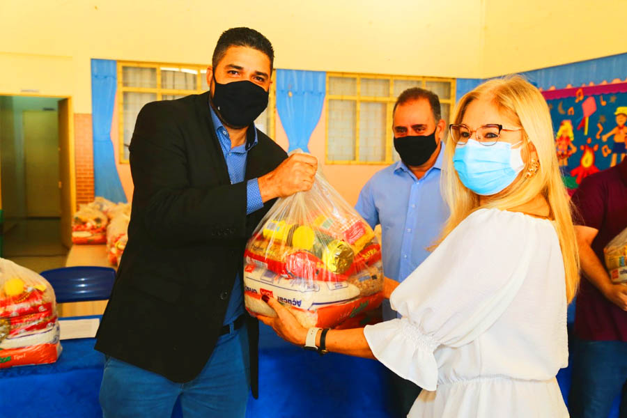 Secretário de Educação, professor Divino Gustavo entrega cesta à diarista Tatiana de Jesus Marques | Foto: Divulgação / Secom